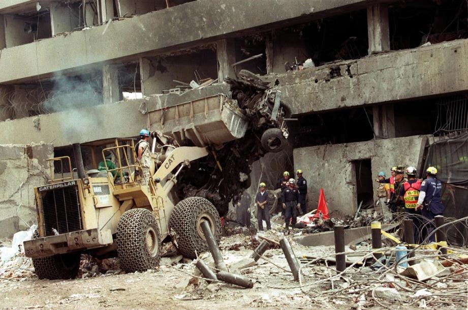 Une pelleteuse dégage la voiture piégée utilisée dans l'attenat contre l'ambassade américaine, le 7 août 1998 à Nairobi, au Kenya