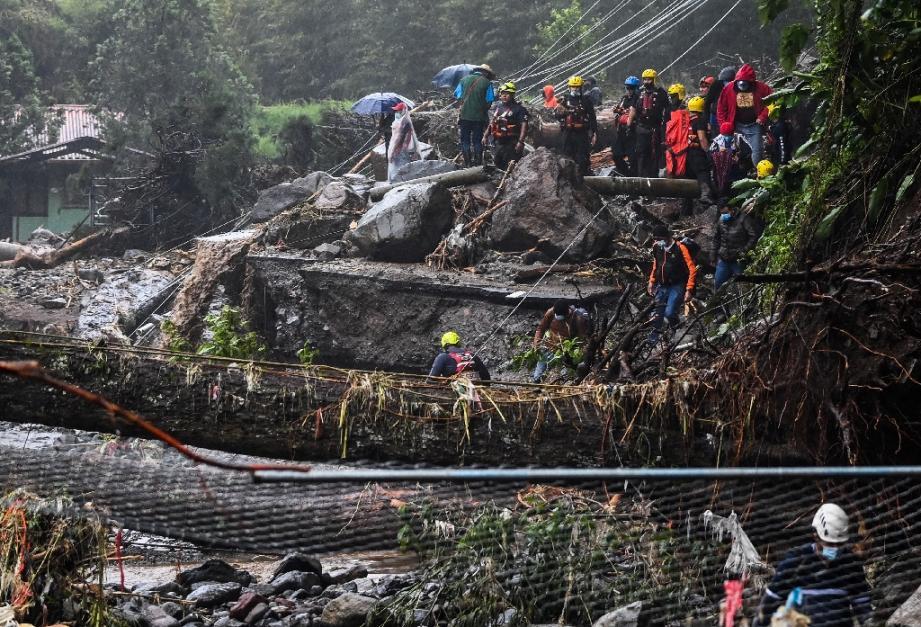 Des personnels de la Croix Rouge aident à évacuer des habitants pris au piège de la crue de la rivière Bambito provoquée par l'ouragan Eta, dans la province de Chiriquí, à 450 km à l'ouest de la ville de Panamá, le 5 novembre 2020