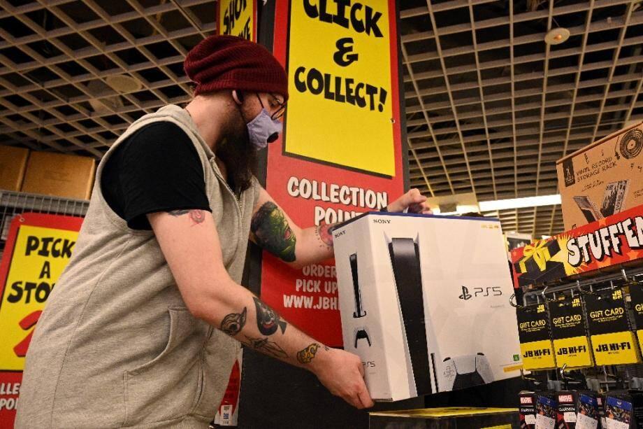 Mise de coté d'une PlayStation 5 commandée par un client dans un magasin à Sydney, le 12 novembre 2020