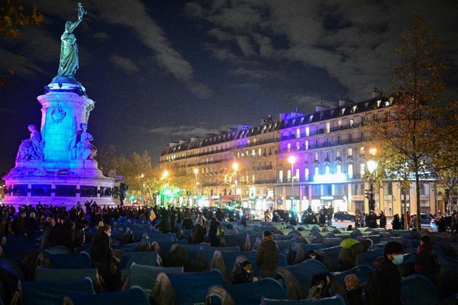 Plusieurs centaines de migrants, en errance depuis l'évacuation d'un important camp d'exilés, montent un nouveau campement place de la République, le 23 novembre 2020 à Paris