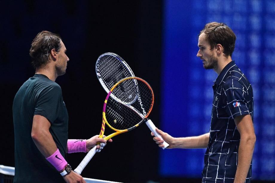 Daniil Medvedev (à droite) et Rafael Nadal au terme de leur match de demi-finale des Masters à Londres, le 21 novembre 2020