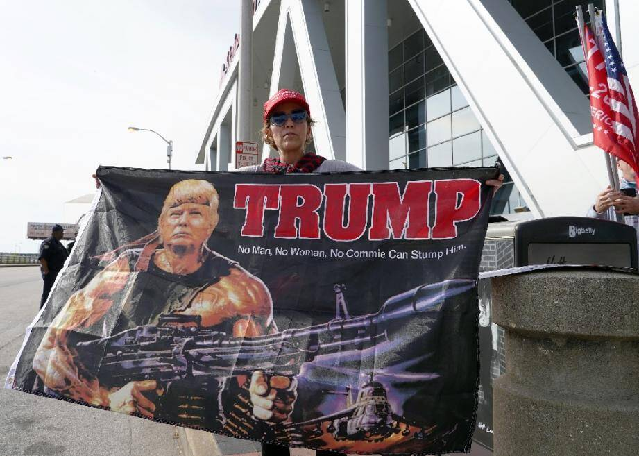 Une sympathisante de Donald Trump manifeste devant un centre de dépouillement à Atlanta, en Géorgie, le 5 novembre 2020