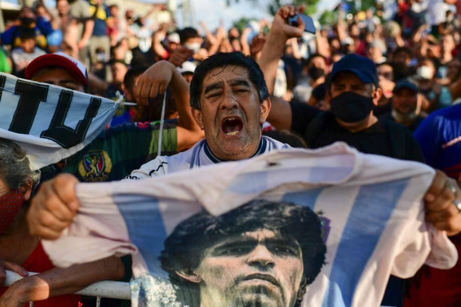 Des fans de Diego Maradona rassemblés devant la morgue de San Fernando dans la province de Buenos Aires, le 25 novembre 2020