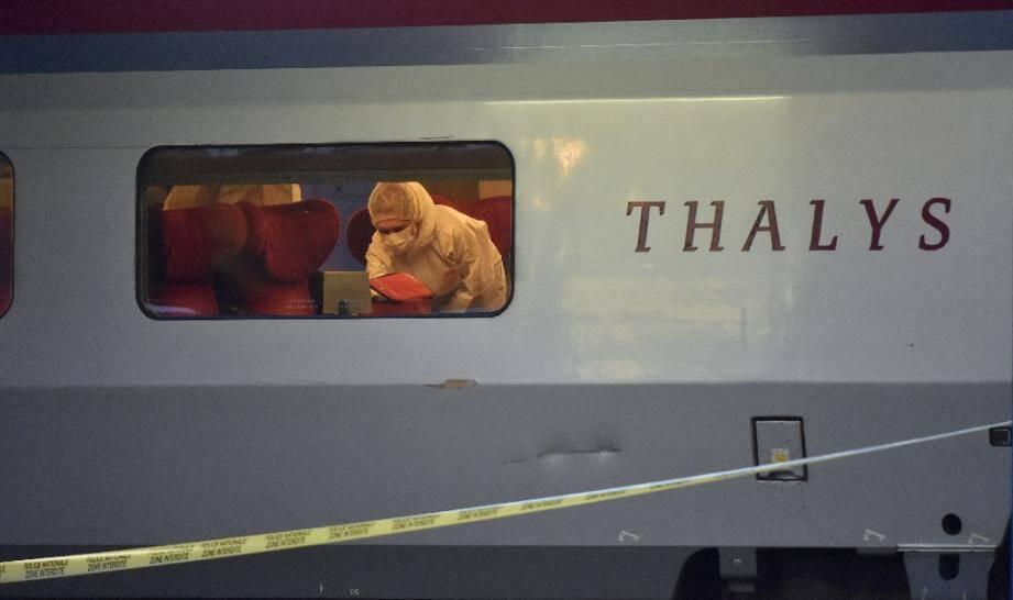 La police scientifique française relève des indices à bord du train Thalys à Arras, dans le nord de la France, après une tentative d'attentat le 22 août 2015