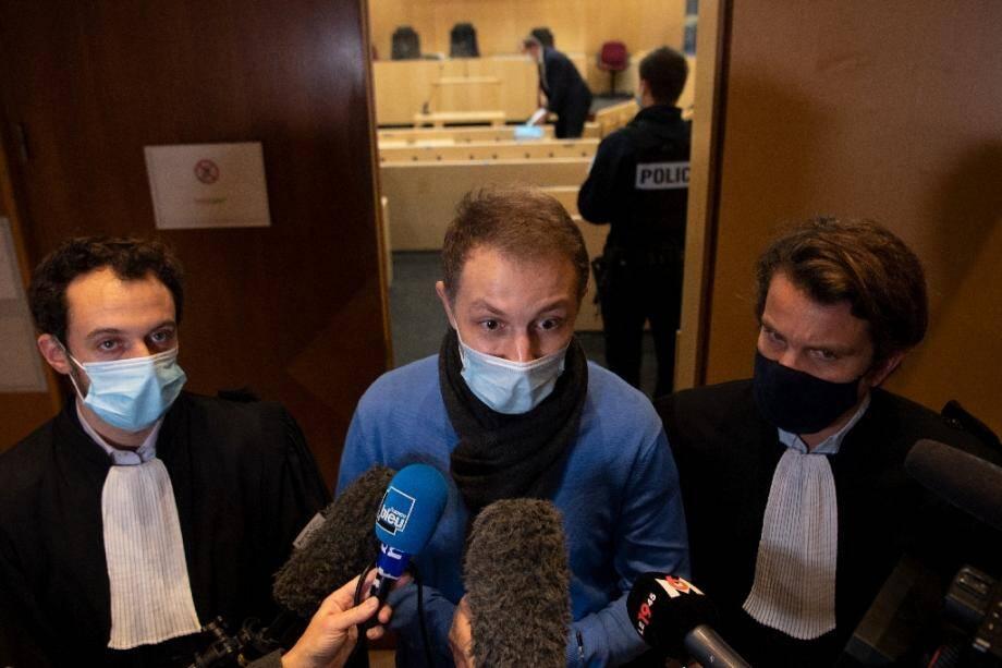 """Rachid Hami (C), frère de l'élève officier Jallal Hami, mort par noyade lors d'un """"bahutage"""" à Saint-Cyr Coëtquidan, parle au journalistes au tribunal de Rennes, le 23 novembre 2020"""