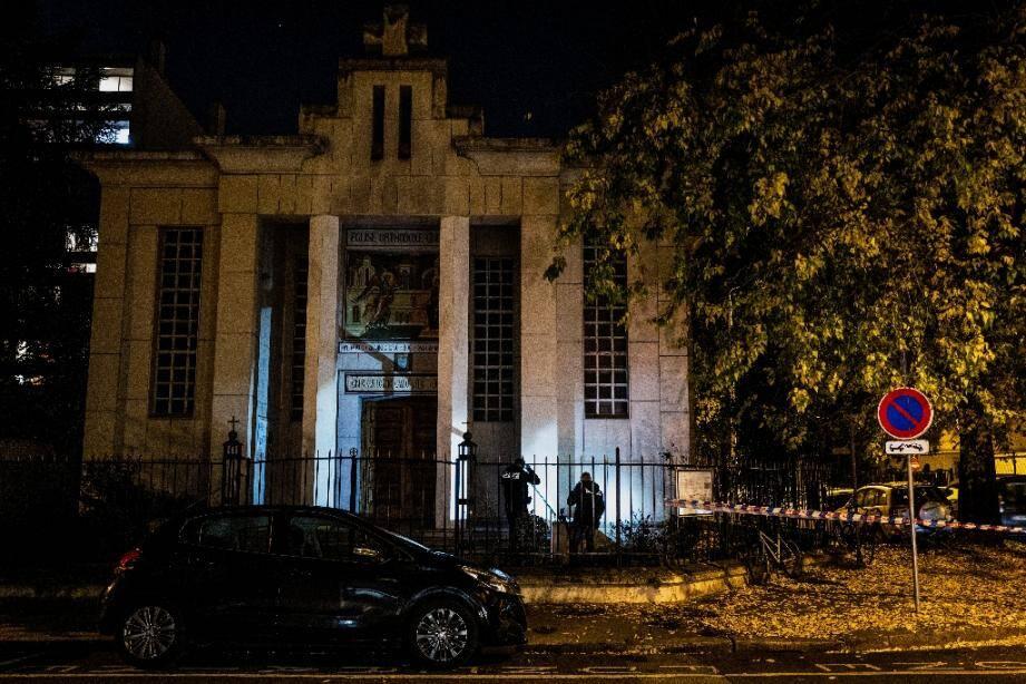 Des policiers devant l'église où un prêtre orthodoxe a été grièvement blessé par balles, le 31 octobre 2020 à Lyon