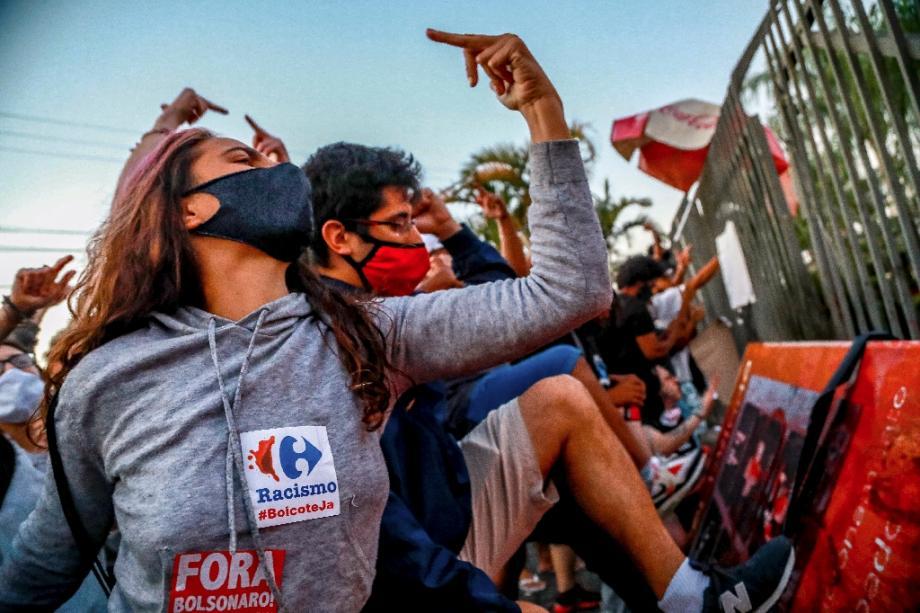 Des protestataires devant le Carrefour où un homme a été tué par deux agents de sécurité, à Porto Alegre, dans le sud du Brésil, le 20 novembre 2020