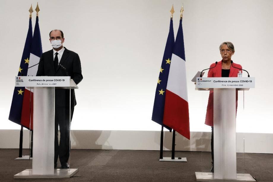 La ministre française du Travail Elisabeth Borne (d) et le Premier ministre français Jean Castex le 26 novembre 2020 à Paris.