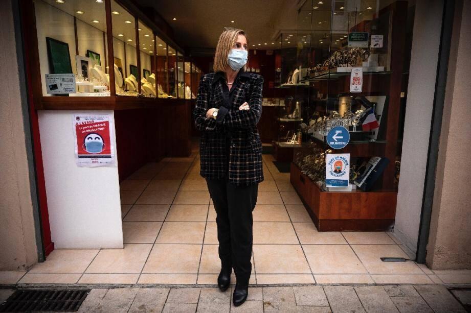 Une commerçante devant sa boutique le 3 novembre 2020 à Lavaur (sud-ouest).
