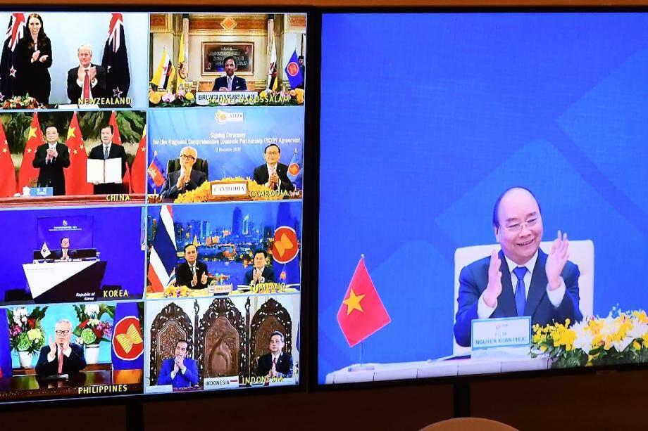 Le Premier ministre vietnamien Nguyen Xuan Phuc (à droite sur l'écran) se félicite de l'accord signé par 15 pays, le 15 novembre 2020, à HanoÏ