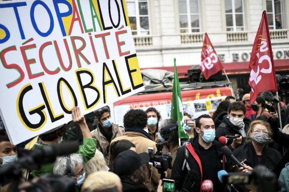 """Manifestation contre la proposition de loi """"sécurité globale"""", près de l'Assemblée nationale, le 17 novembre 2020 à Paris"""