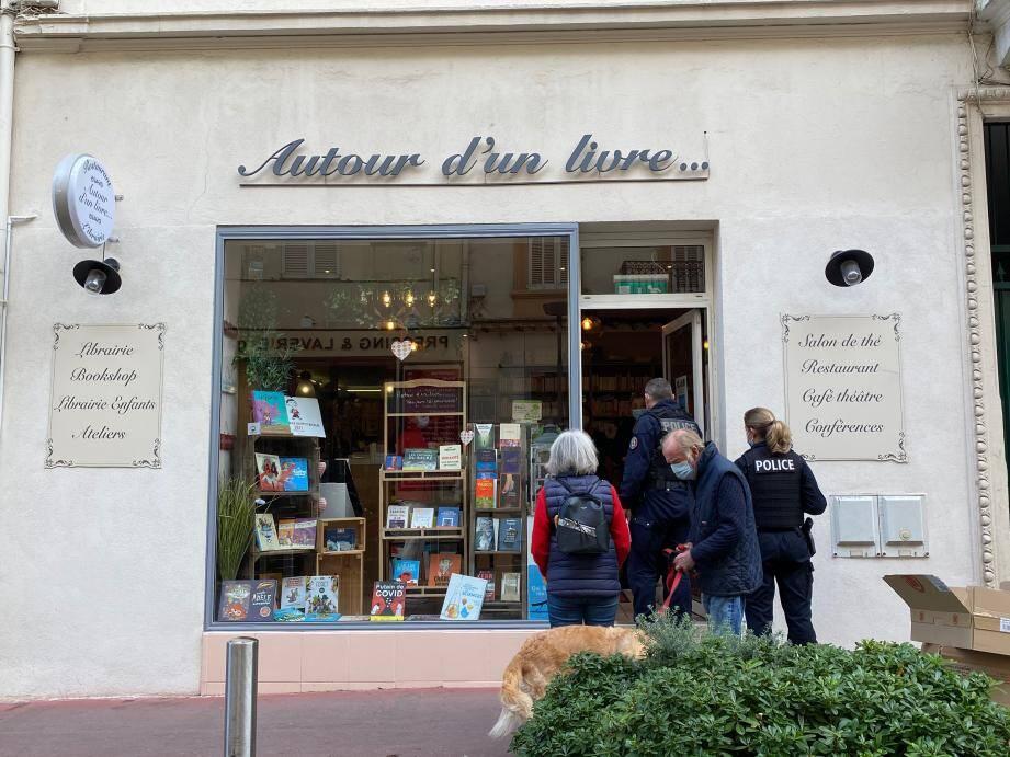 Ce vendredi matin, la libraire cannoise frondeuse a reçu la visite de la police