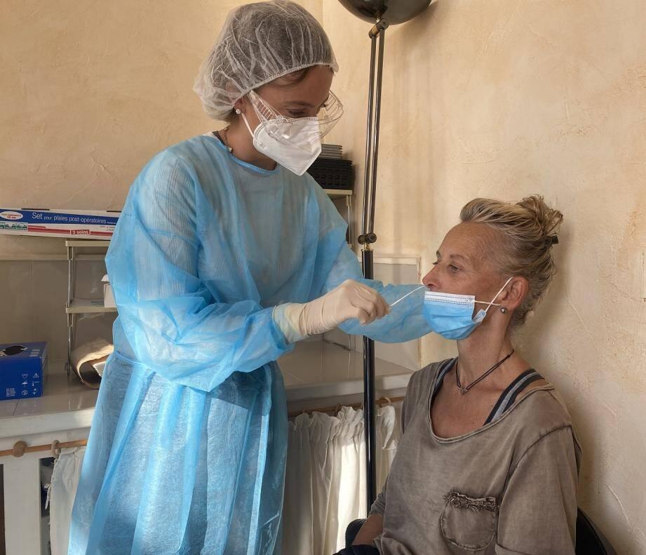 Julie Picard pratique un test antigénique, dont l'avantage est de donner un résultat dans un laps de temps bien plus court, estimé à environ 15 minutes.