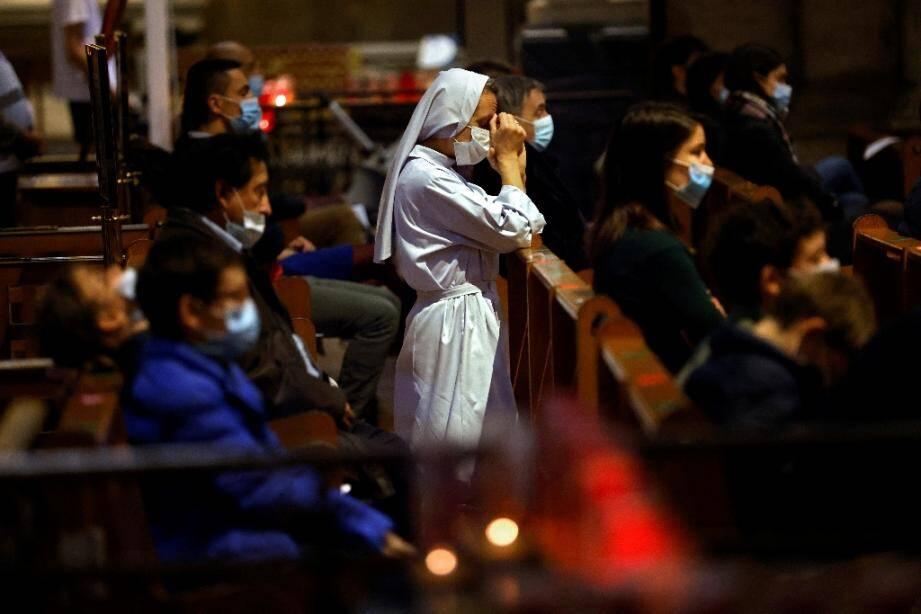 Une religieuse prie lors de la messe de la Toussaint à la basilique du Sacré-C?ur à Paris, le 1er novembre 2020