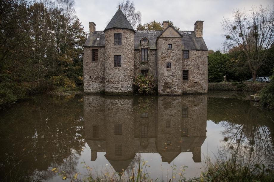 La bâtisse normande fortifiée du XVIe siècle devenue un refuge loin de la pandémie pour une trentaine de personnes, le 17 novembre 2020