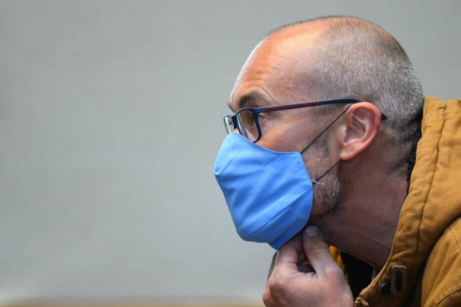 Le militant altermondialiste Vincenzo Vecchi sur un banc de la cour d'appel d'Angers, le 2 octobre 2020