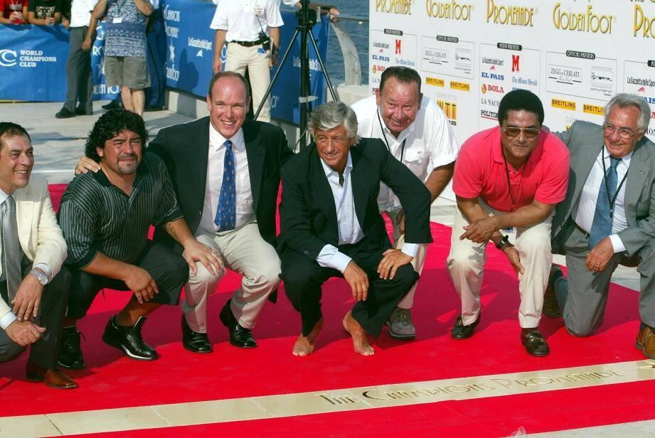 Brochette de légendes sur la Promenade des Champions! De gauche à droite: Antonio Caliendo, Maradona, le prince Albert, Gianni Rivera, Just Fontaine, Eusébio et la journaliste Candida Cannavo.
