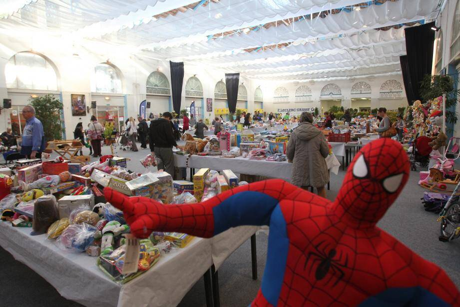 Devenez les super-héros du Noël des enfants défavorisés, en faisant don de vos jouets d'occasion en bon état.