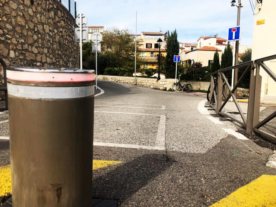 On ne va pas se mentir : entre les bornes, les barrières, les panneaux et les voitures stationnées, ce versant du Safranier ne lui rend clairement pas justice.