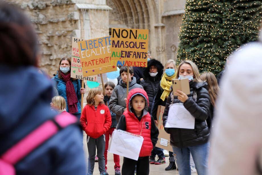 A Saint-Maximin, ils manifestent contre le masque à l'école.