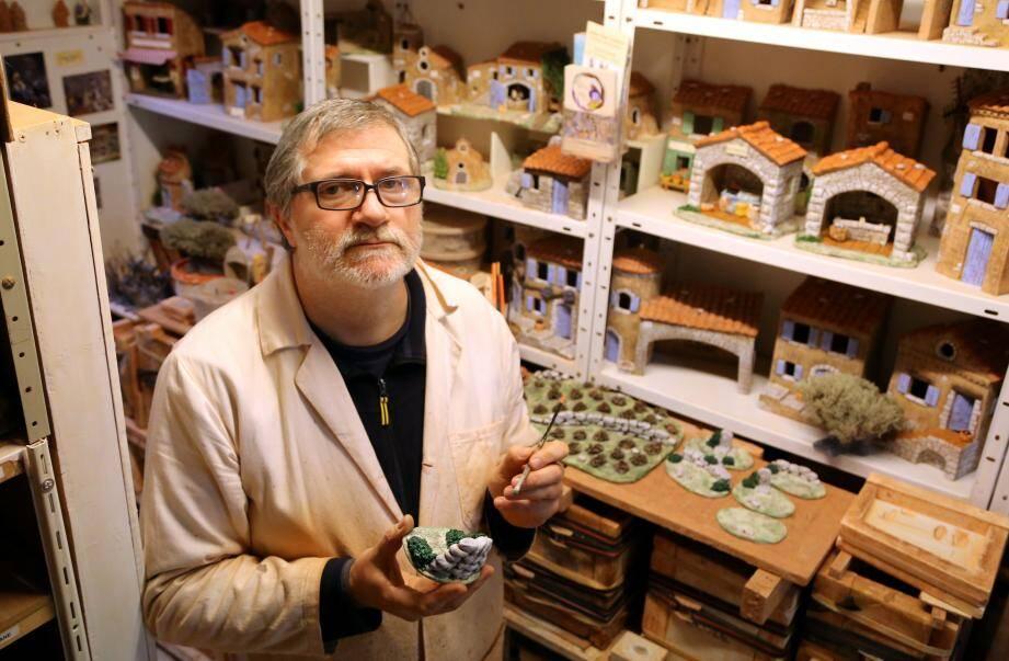 Santonnier depuis plus de trois décennies, depuis son atelier de Rocbaron, Paul Garrel est ''très inquiet''.