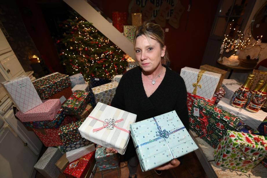 """Selon les calculs d'Anne-Sophie Gobillon, environ 200 """"colis de Noël"""" à destination des sans-abris ont déjà été collectés dans l'opération. «Ils sont beaux, soigneusement emballés, on voit que les gens y ont mis du cœur», observe-t-elle."""