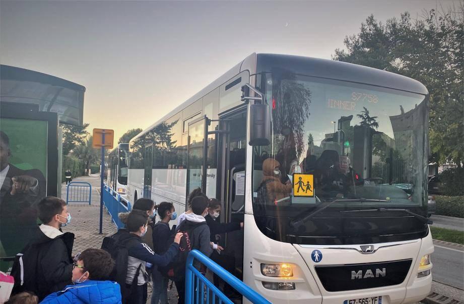 Le tarif du transport scolaire est partiellement pris en charge par la commune.