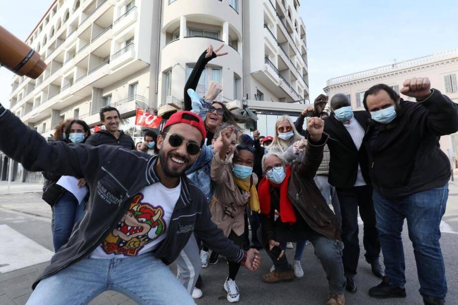 Une trentaine de salariés cet après-midi devant le Radisson à Cannes. du Radisson Blu - Radisson Blu 1835 Hotel &  Thalasso,