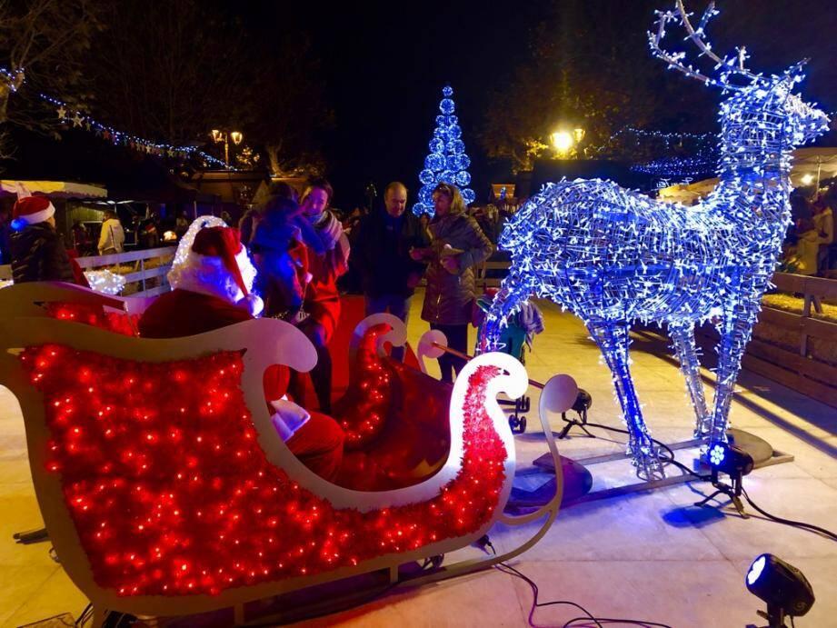 Le Père Noël viendra-t-il cette année, comme ici lors de sa halte à Mougins l'an dernier?