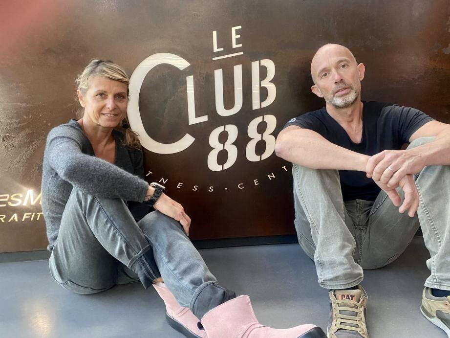 Sara et Reynald Lopez, gérants du club 88 de Grimaud, affichent leur désarroi face à une situation qu'ils ont du mal à comprendre.