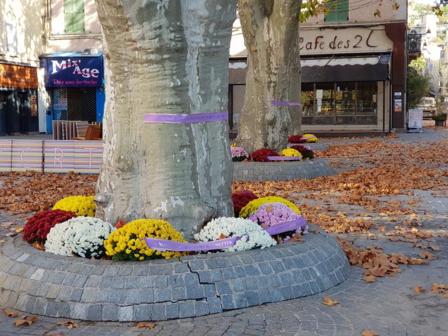 Les bouquets mortuaires déposés par des commerçants anonymes.