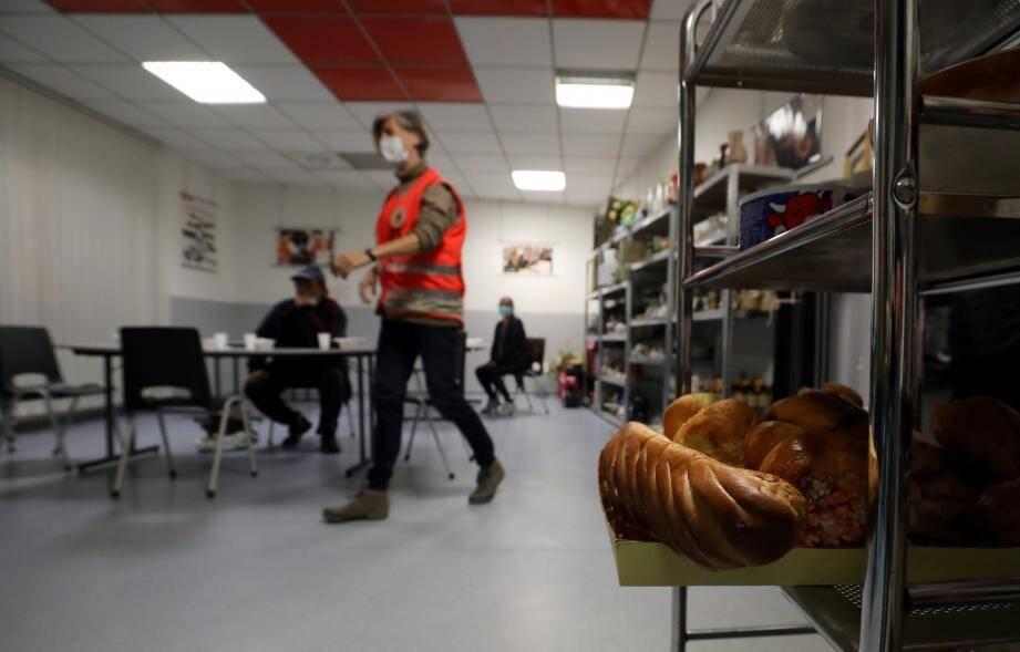 En raison du confinement, les bénévoles de la Croix Rouge adaptent leurs interventions auprès des personnes sans abris. Au-delà de leur maraude tous les mercredis soir, ils servent aussi des repas chauds dans leur local de la rue Partouneaux.