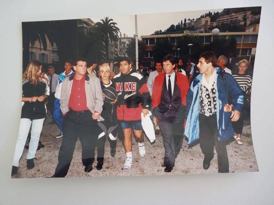 Maradona à son arrivée au stade de Garavan avant le match qu'il a joué face aux Mentonnais du Rapid.