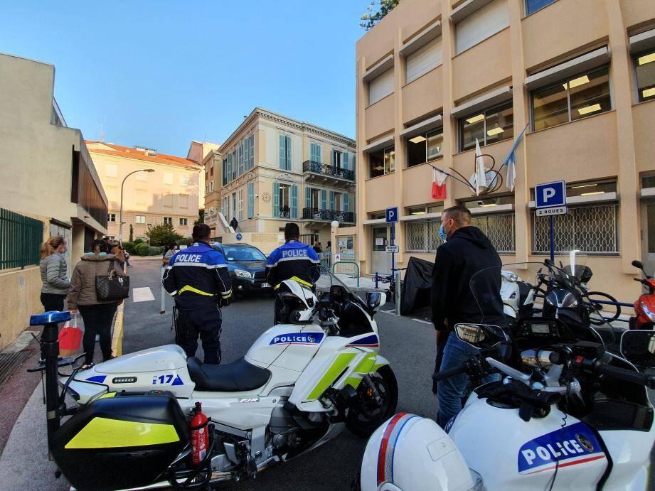 À Menton, Beausoleil et Roquebrune-Cap-Martin, aucun établissement scolaire n'est laissé sans surveillance. Des patrouilles de police, fixes ou mobiles, sont déployées sur le terrain.