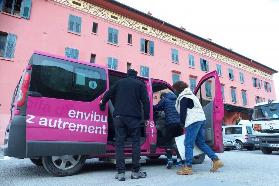 Ce minibus de 9 places, loué au réseau EnviBus de la communauté d'agglomération de Sophia Antipolis, permet, au départ de la gare de Breil, de rejoindre Saorge.