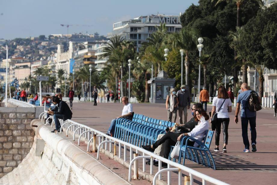 Ce vendredi matin, grand soleil, ciel bleu et mer d'huile à Nice en ce huitième jour de reconfinement.