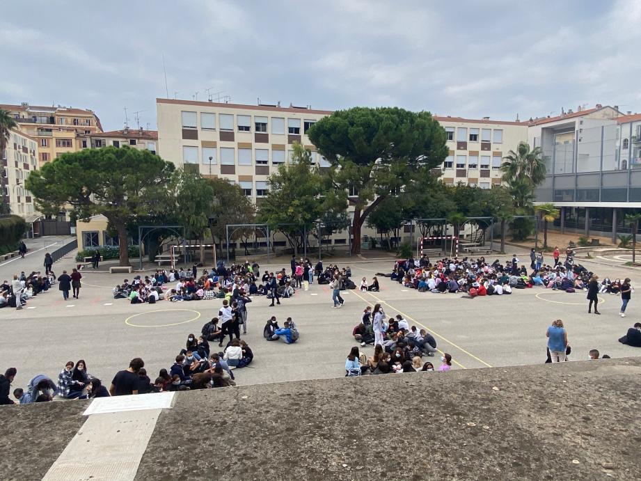 Au collège Port-Lympia, à Nice, les élèves ont eu relâche ce lundi après-midi pendant que les profs réunis, en assemblée générale, ont voté la grève pour pouvoir se concerter...