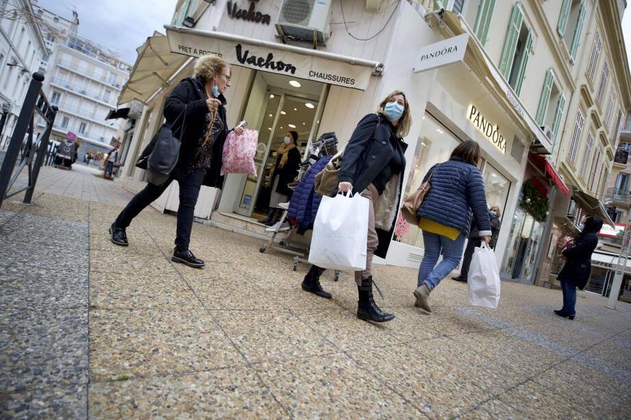"""Réouverture en douceur samedi pour els commerces """"non essentiels"""" de Saint-Raphaël."""