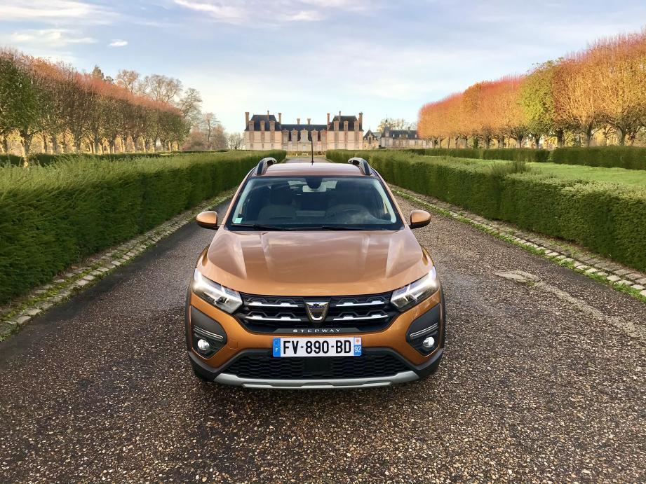 Ce n'est pas tout à fait la vie de château, mais la nouvelle Dacia Sandero Stepway qui prend ici la pose devant celui de Thoiry (Yvelines), peut en remontrer à des autos à l'image beaucoup plus haut de gamme.