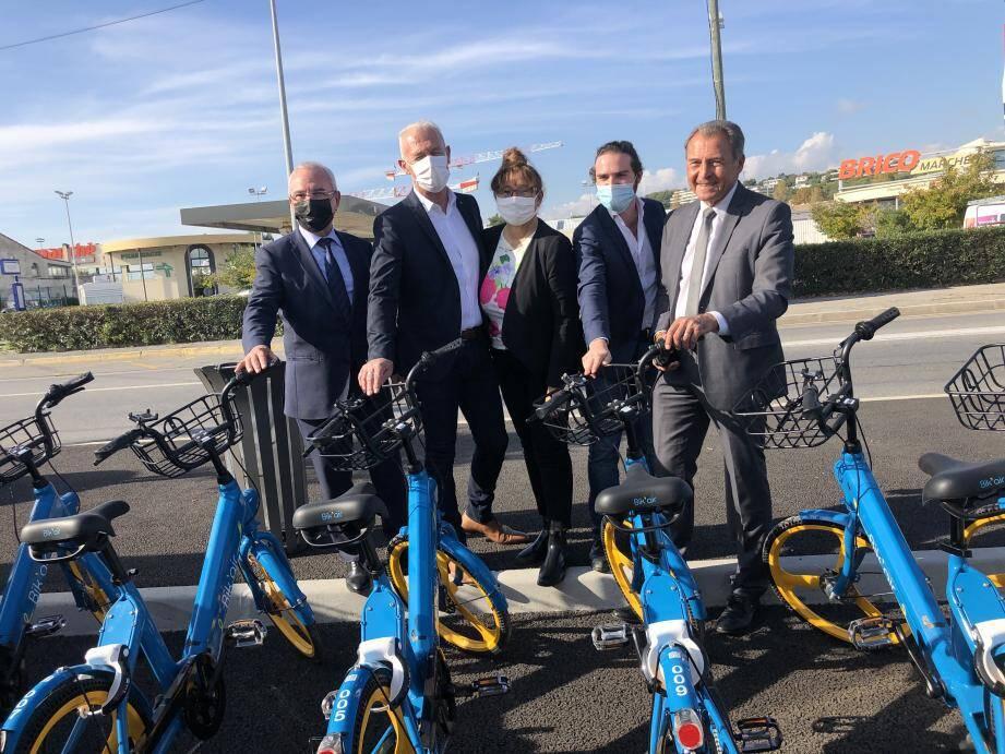Dix vélos, bleus et jaunes, ont rejoint le parking de la gare SNCF et sont désormais en libre-service.