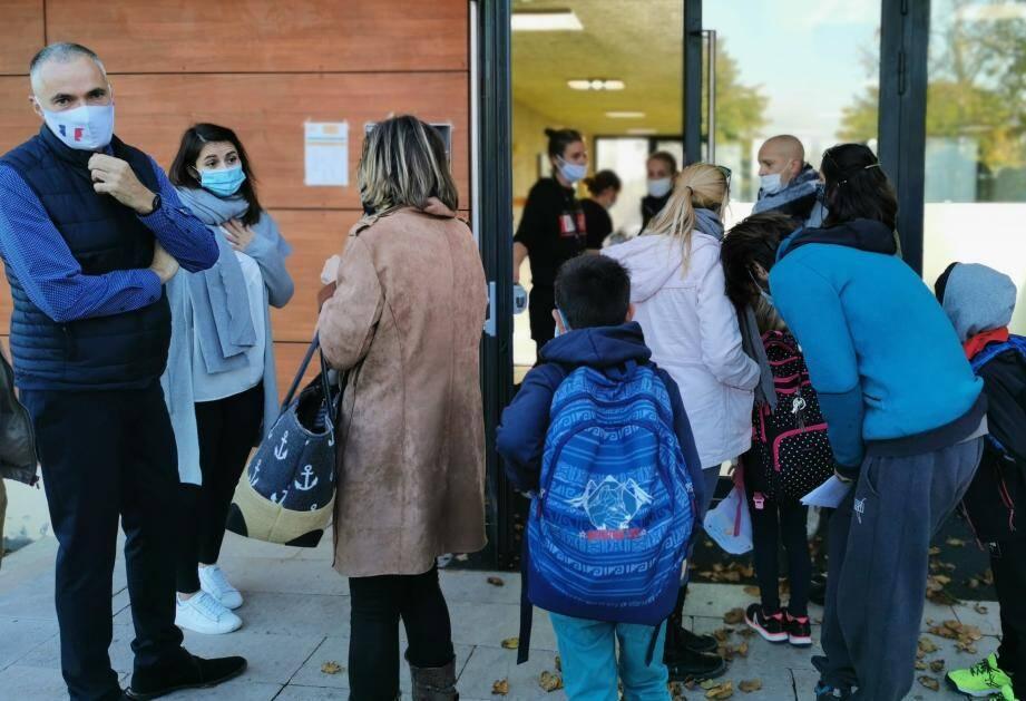 Finalement sept enfants sont restés sur le parvis à l'heure de la fermeture des portes de l'école.