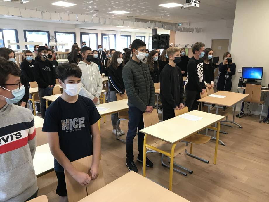 Ce lundi à 11 heures, tous les élèves de France se sont arrêtés pour une minute de silence en hommage à Samuel Paty, comme ici au collège Henri-Matisse.