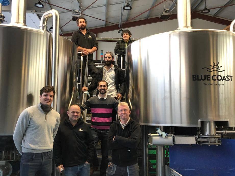 L'équipe de La Brasserie du Comté composée de Quentin Lormeteau (en haut à gauche), Laurent Fredj (en haut à droite) et d'Edwards Dilly (deuxième à gauche en bas) utilise les installations de de la brasserie Blue Coast Brewing. Predrag Krupez (en bas à gauche) en est le dirigeant, Cédric Allin (en bas au milieu) le directeur commercial, Max Le Pechoux (au milieu en haut) responsable de la production et Robert Bush (en bas à droite) maître brasseur.