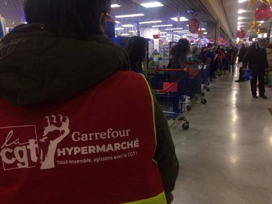 Une trentaine de salariés d'un hypermarché Carrefour de Toulon ont fait grève ce vendredi matin, pour dénoncer la détérioration des conditions de travail pendant le confinement de novembre. Avec moins de personnels dans les magasins, pour parfois davantage de clients.