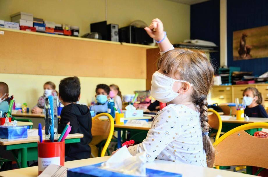 Pour ce deuxième confinement, les enfants doivent porter le masque à partir de 6 ans (illustration).