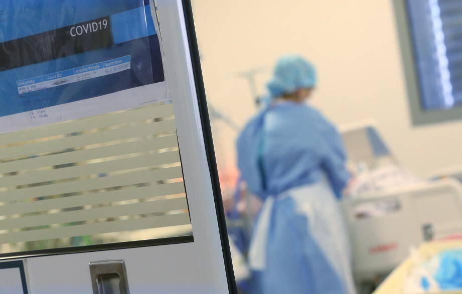 Si la circulation du virus commence à ralentir, ce n'est pas encore perceptible dans les hôpitaux, plus débordés que jamais.