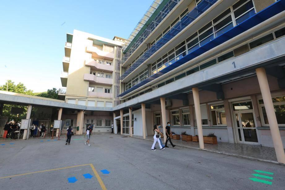 Vue de la cour du lycée Bonaparte à Toulon.