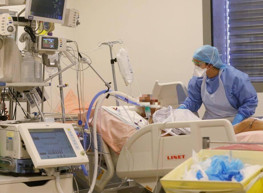 Une infirmière s'occupe d'un patient atteint du coronavirus dans l'unité de soins intensifs du Centre hospitalier Pasteur 2 de Nice.