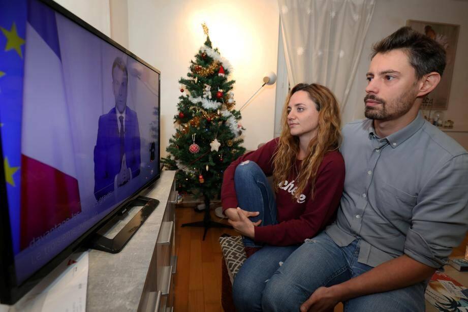 Une famille à l'écoute des annonces d'Emmanuel Macron.