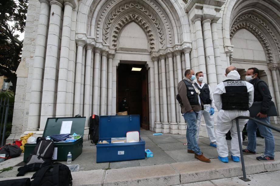 Les enquêteurs devant l'église Notre Dame